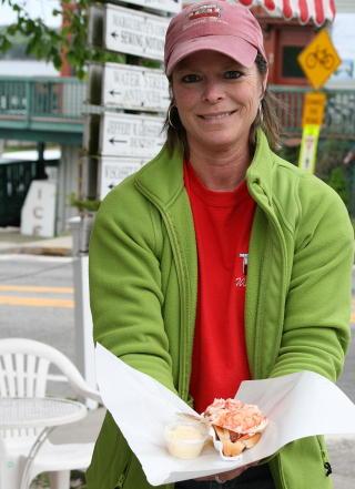 FAMILIEDREVET: Debbie Cronk har med seg nieser og nev�er p� laget n�r Red?s Eats serverer sine  ber�mte lobsterrolls. — Jeg er stolt av det vi selger. Det er utrolig � se k�en av mennesker som  venter p� maten v�r, sier Debbie. Foto: Tone Vassb� / Dagbladet