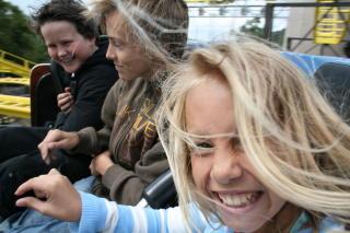 AKTIV: Sondre, Albin og Ena finner mye morsomt i Kongeparken.