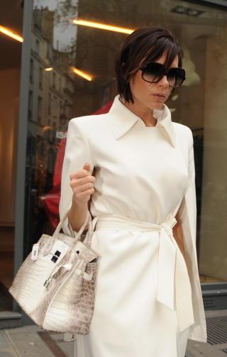 PÅ SHOPPING: Det Victoria Beckham kjøper kjøper gjerne andre også. Her er hun på vei ut fra en Chanel-butikk. Foto: STELLA PICTURES