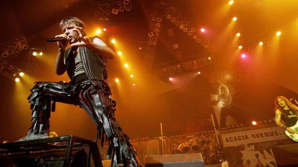 METAL: Legen fra legevakta i Bergen skal ha g�tt p� Iron Maiden-konsert i Bergen i arbeidstida. K�ene skal ha hopet seg opp mens legen var rockekonserten. Her fra en tidlige Iron Maiden-konsert i Oslo. Foto: Torbj�rn Gr�nning