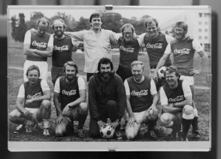 Med p� laget: Steinfeld stiller til fotballkamp med NRKkolleger, blant andre Tor Strand, Tore Sandberg, Einar Lunde, Erling Borgen, Geir Helljesen og Tom Berntzen.
