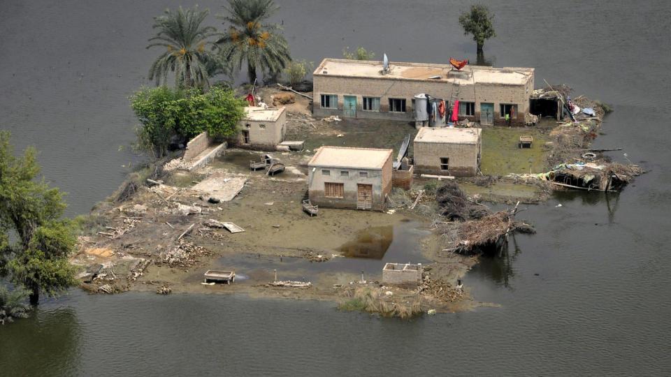 ENDEN ER N�R: Mer aktivisme blir avgj�rende for at verden ikke skal forg� i menneskeskapte klimaendringer med p�f�lgende naturkatastrofer, mener Aleksander Melli. Bildet viser en oversv�mmelse i en landsby i Punjab-provinsen i Pakistan. Foto: Asim Tanveer/Reuters.
