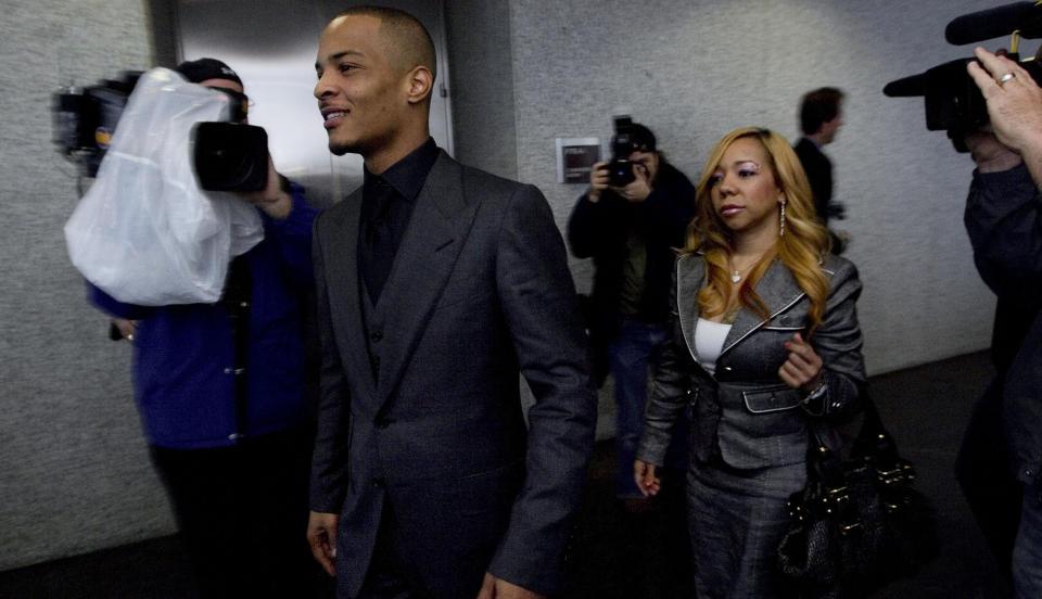 NARKOTATT: Rapperen T.I. og kona Tameka Cottle er tatt for narlotikaoppbevaring. Her er de avbildet under en tidligere rettsak - der rapperen var tiltalt for ulovlig v�penbesittelse. Foto: SCANPIX