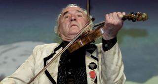 PÅ FELA: Ludvig Eikaas feiret 80-årslag på Jølster. Han var en dyktig hardingfelespiller. Foto: Espen Rasmussen