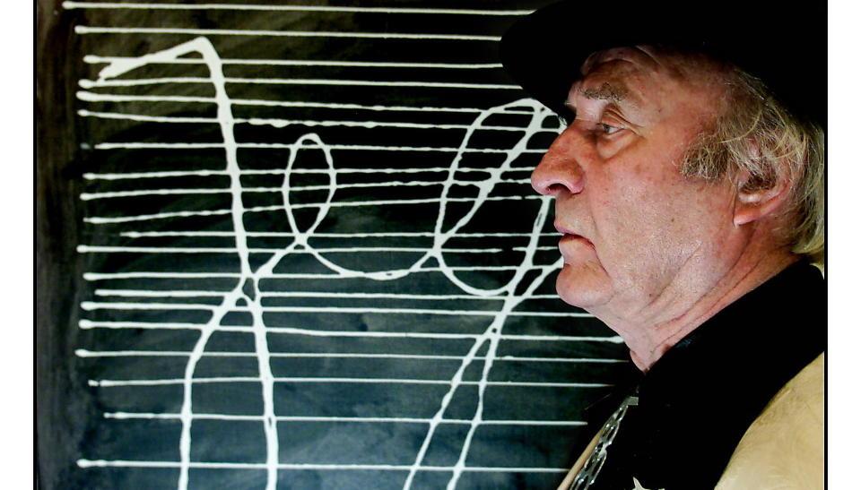 D�D: Ludvig Eikaas er d�d. Her foran sitt ber�mte bildet Jeg som henger i Eikaas-galleriet i J�ster. Foto: Espen Rasmussen