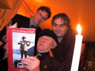 STOR KUNSTNER: Ludvig Eikaas varmer opp til 80-årsfesten med vennene Øystein Wingaard Wolf og  Aage G. Sivertsen. Han hadde venner over alt. Foto: Anders Grønneberg