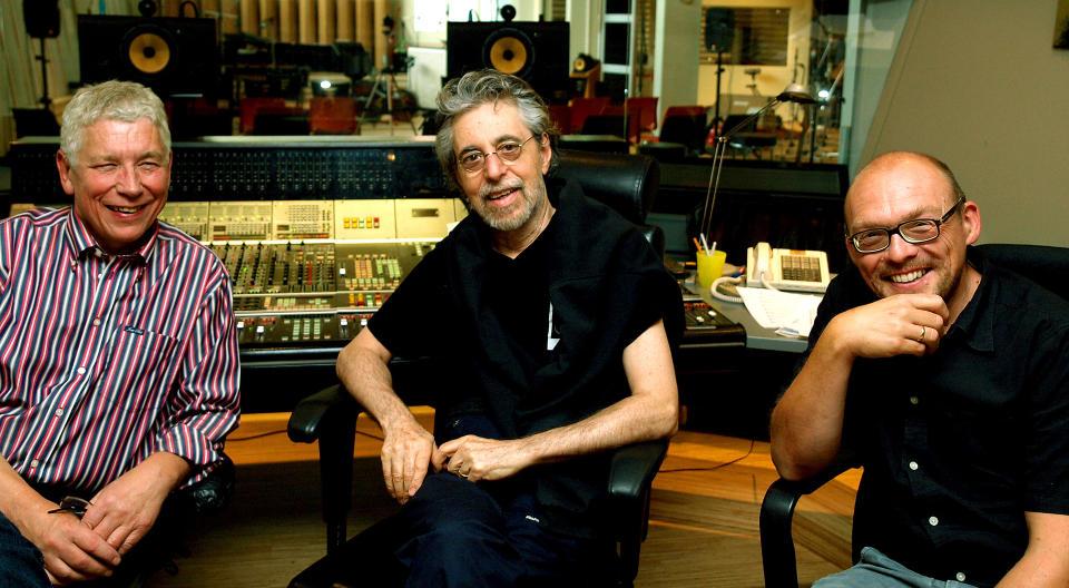 LYDH�RE: Jan Erik Kongshaug (tv), Mike Mainieri og Bugge Wesseltoft (th) i Rainbow Studios kontrollrom — et lydtempel omtalt med andakt av hi-fi-entusiaster over hele verden. Foto: Terje Mosnes