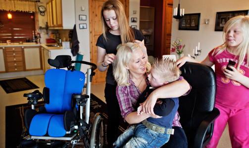 - UMODENT: Mamma Lill-Anita Larssen, storesøster  Angelica (10) og tante Ranghild (14), sammen med Mikael. Lill-Anita synes en del av innleggene på 4chan var umodne, og sier de gikk inn på henne. Foto: Jo Straube / Dagbladet