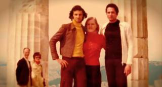 KAMAKI: De greske casanovaene fulgte med p� 1970-tallets mote, mange gikk i slengbukser n�r de sjekket damer. Det var viktig at buksene var trange i skrittet. Foto: Fra filmen