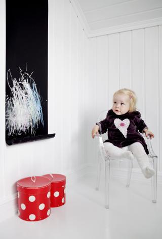 Sitt pent: Thelma i Philippe Starcks kjente barnestol Lou Lou Ghost.