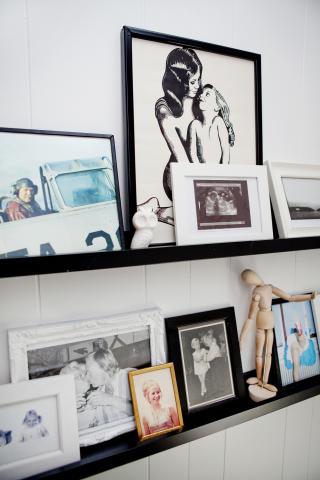 Minnevegg: Kj�re familiebilder i trappa.