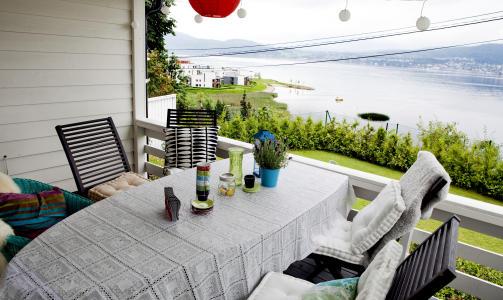 Uteliv: P� verandaen kan de sitte ute helt til h�sten biter for alvor. Julie kombinerer gjerne blondeduk med knallfargede kaffekopper og papirlykter.