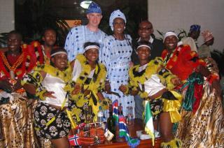 TRADISJONELT 2: F�r det hadde de et tradisjonelt afrikansk bryllup i Nigeria. Foto: Privat