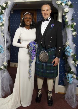 TRADISJONELT: Fumi og ektemannen Ole giftet seg i et tradisjonelt kirkebryllup i Bergen. Foto: Privat