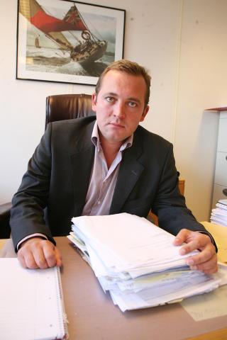 TOK SAKEN: Advokat Erling Mehus representerer Jensen i saken mot Kvalheim. Her med bunken av dokumenter fra sakskomplekset. Foto: ASBJØRN SVARSTAD/DAGBLADET