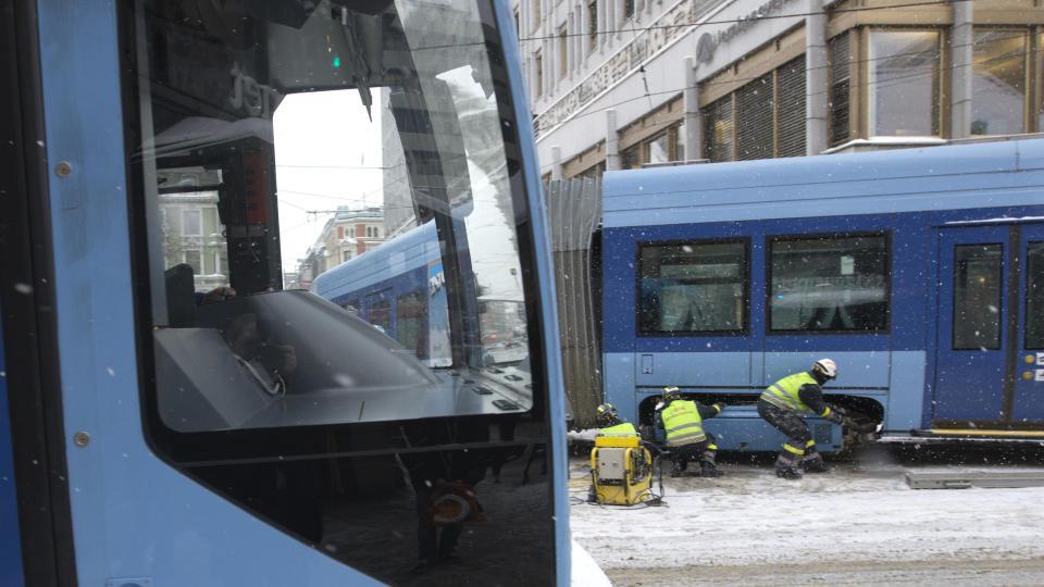 AVSPORING: Det ble kaos i krysset Møllergata og Grensen etter at en trikk hadde sporet av og lagde store  problemer for trafikken i februar 2009.  Foto: Morten Holm / SCANPIX