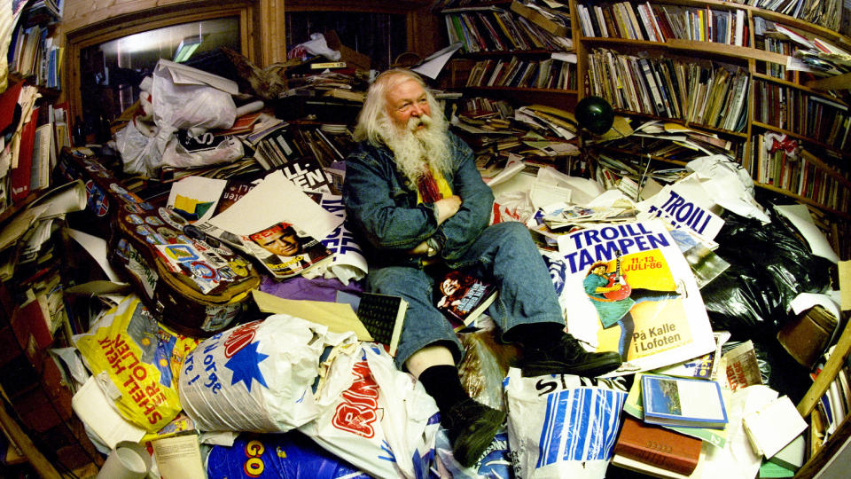 P� KONTORET SITT: Jack Berntsen viste Dagblad-fotograf Lars Eivind Bones rundt p� kontoret sitt da han var p� bes�k i 1997. I g�r d�de den folkekj�re trubaduren. Foto: LARS EIVIND BONES/DAGBLADET