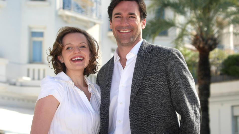 I CANNES: Elisabeth �Peggy Olson� Moss og Jon �Don Draper� Hamm under tv-messa i Cannes forrige uke, hvor de var for � promotere og forh�ndsvise fjerde sesong av �Mad Men�. Foto: AFP Photo.