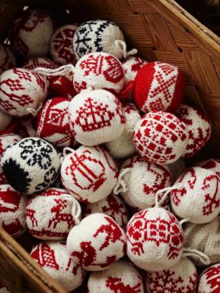 JULEKULER: Arne og Carlos samlet både tradisjonelle, norske mønstre og nye, egendesignede i strikkeboka. Foto: Ragnar Hartvig / Cappelen Damm