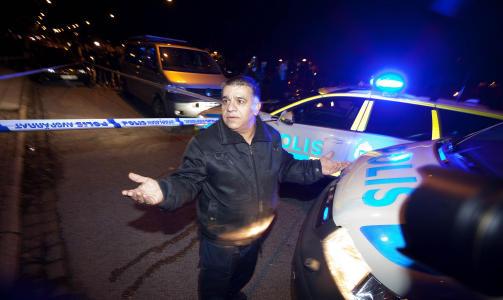 SKAL HA BLITT BESKUTT: Denne iraneren skal ha blitt beskutt gjennom vinduet til sin forretning i Malm� i kveld. Han trakk p� skuldrene da Dagbladet spurte hva han tenker om det som har skjedd. FOTO: HENNING LILLEG�RD/DAGBLADET