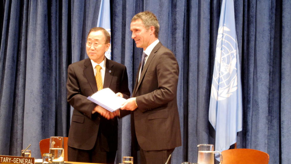 VIKTIG KLIMADOKUMENT:Statsminister Jens Stoltenbergs agenda i dag var å orientere FNs generalsekretær Ban Ki-Moon om finansiering av klimatiltak. FOTO: RANDI FUGLEHAUG/DAGBLADET.