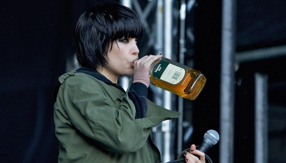 P� OSLO LIVE: Vokalist Alice Glass i bandet Crystal Castles drakk ei flaske whiskey under sommerens Oslo Live-festival. Selv om selskapet Sommerevent AS har sl�tt seg konkurs, skal Oslo Live drives videre, if�lge Oslo Live-sjef Magnus Ulvik. Foto: STELLA PICTURES