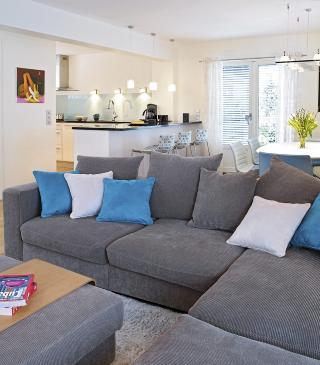 ALTERNATIV: Denne sofagruppen fungerer også som romdeler. I stedet for vanlig salongbord, er det her brukt en puff med et brett over. FOTO: Sveinung Bråthen