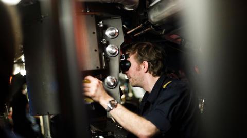 OVERSIKT: Duty Captain har ansvaret for � gi ordre under sj�slaget, og sikrer seg oversikt gjennom to periskoper som kan heves og senkes gjennom gulvet i taktisk sentral. Foto: H�kon Eikesdal
