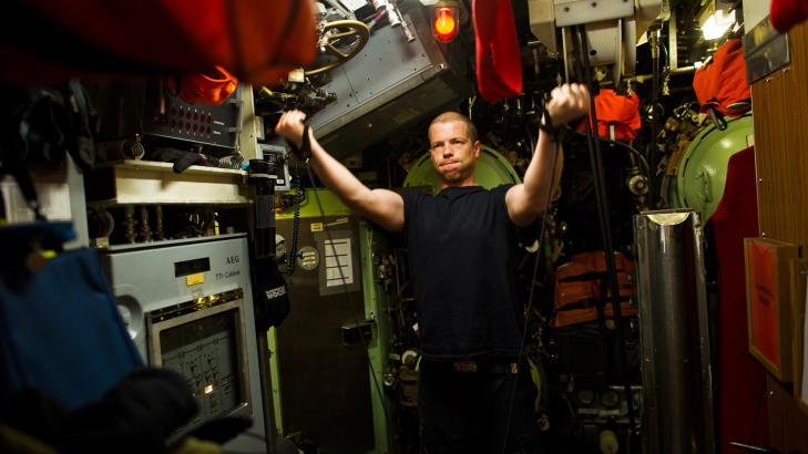 TRENINGSROM: Operasjonsoffiser Alexander S�rli m� bruke torpedorommet som treningsstudio under lange turer p� �KNM Uredd�. Foto: H�kon Eikesdal