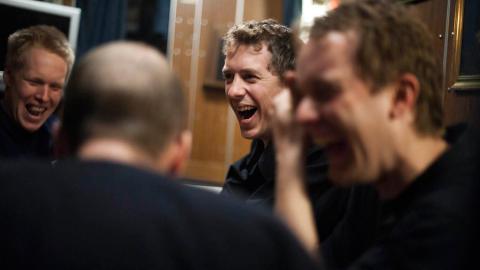 GOD STEMNING: Mat og kortspill er noe av det viktigste for ub�tmannskapet n�r de tilbringer mange dager i strekk uten kontakt med omverden. Foto: H�kon Eikesdal