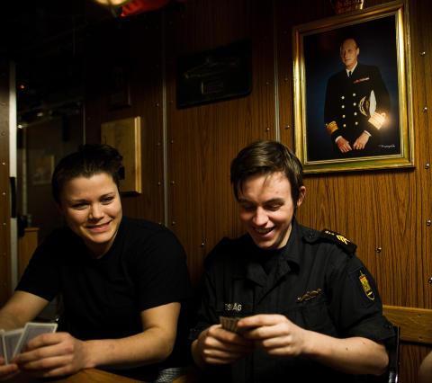 KORTSPILL: Kokke Marryel Hauge Hognestad og 2. sensorbefal Christoffer Bedsv�g koser seg med kortspill i en av pausene. Foto: H�kon Eikesdal