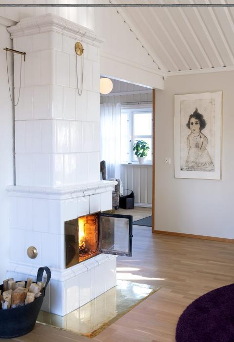 FLAMMEKASTER: Kakkelovnen fra B�rge Bostr�m i Karlstad hadde familien fra f�r, og den har en st�rre glassd�r enn vanlig. N� kommer den til sin rett!  Foto: Espen Gr�nli