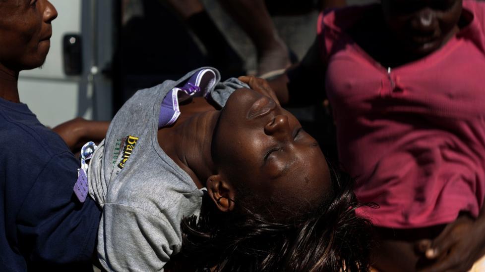 HAITI ONSDAG:  En ung, kolerasmittet kvinne blir hjulpet inn p� St. Catherine-sykehuset, som drievs av Leger uten grenser i slumomr�det Cite Soleil i hovedstaden Port-au-Prince. Minst 1 000 er d�de av kolera etter at epidemien br�t ut for en m�ned siden. FOTO: RAMON ESPINOSA, AP/SCANPIX.