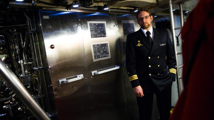 SJEF I DYPET: Oliver Marr har v�rt kaptein p� U-33 siden 2008. De anonyme panelene bak ham dekker ub�tens viktigste teknologiske fortrinn: AIP-systemet best�ende av brenselceller som kan gi str�m i ukesvis i dypet. Foto: H�kon Eikesdal