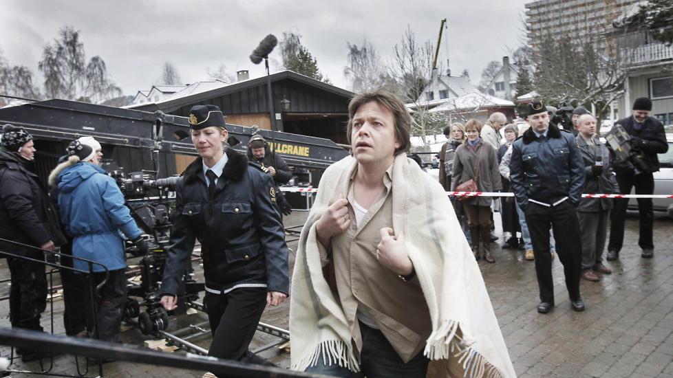 P� SETTET:  K�re Conradi har hovedrollen som Jonas Wergeland i NRK sin dramaserie �Erobreren�. Det kan bli statskanalens siste storproduksjon. Foto: Erling H�geland