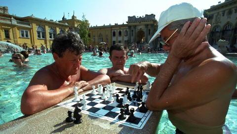 BAD I BUDAPEST: Her sjakk i bassenget. Foto: Henning Lilleg�rd