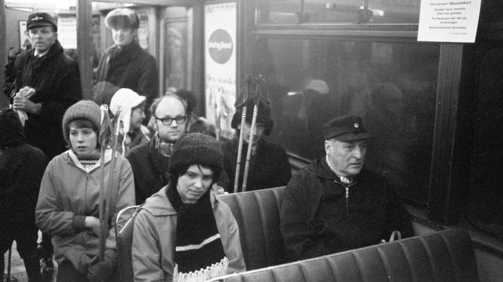 BLE VERDENSKJENT: Bildet av Berit Okkenhaug og Kong Olav p� trikken i 1973 har v�rt trykket i utallige aviser. Foto: Odd Wentzel
