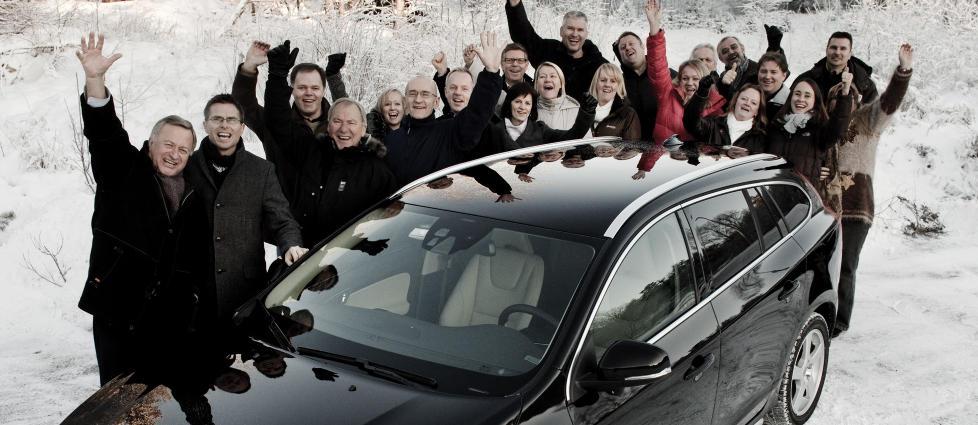 ÅRETS BIL 2011: De ansatte ved Volvo Personbiler Norge feirer førsteplassen. Foto: SVEINUNG U. YSTAD