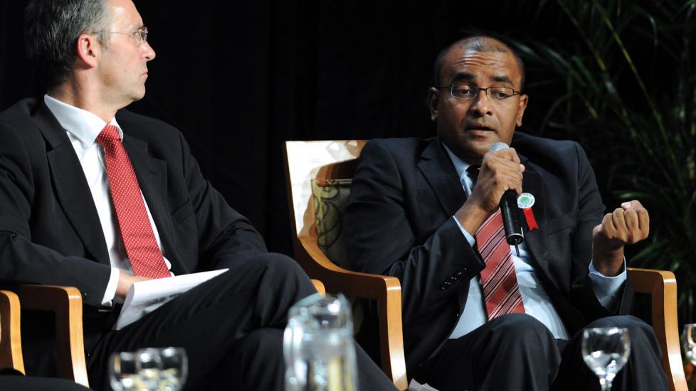 LURER P� HVOR PENGENE BLIR AV: Guyanas president Bharrat Jagdeo (t.h) takker Norge og Jens Stoltenberg for gener�siteten, men etterlyser bedre systemer for � sikre at pengene faktisk dukker opp. Foto: AFP PHOTO/Juan BARRETO.