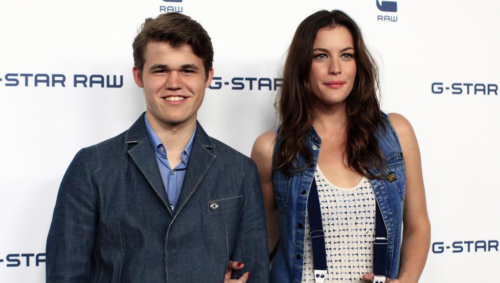 MOTEL�VE: Magnus Carlsen ble kjent som mer enn en sjakkspiller i 2010. Her poserer han med skuespilleren Liv Tyler, som han frontet en motekampanje sammen med. Foto: REUTERS/Scanpix
