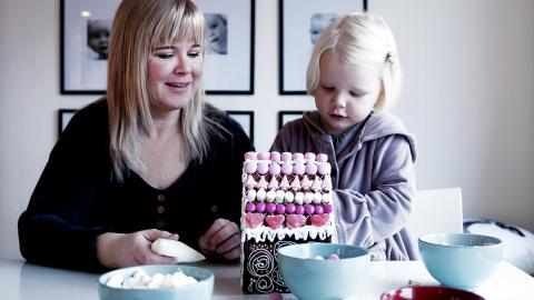 Pyntehjelp: Alma p� 3,5 hjelper mamma og pynte pepperkakehus som skal bli �rets julegave.