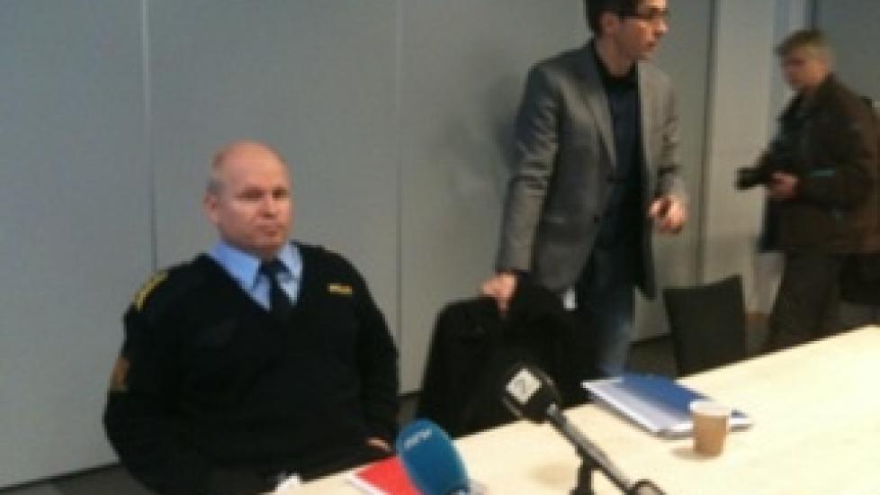 PRESSEKONFERANSE: Politiinspekt�r  Rolf Thoresen og K�re Swang i Kripos orienterte pressen om den utvida siktelsen mot den 38 �r gamle legen.