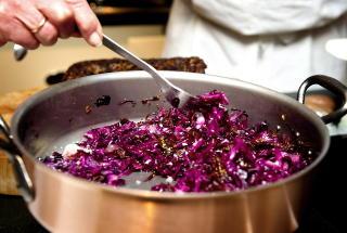 TILBEH�R: Hellstr�ms r�dk�l freses sammen med ribbefett. Foto: �istein Norum Monsen