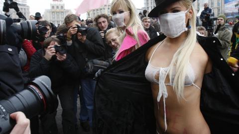 SVINEINFLUENSA: Aktivistene mente faren for svineinfluensa var betydelig overdrevet, og demonstrerte mot dette i Kiev 9. november 2009. Foto: Reuters/Gleb Garanich/Scanpix