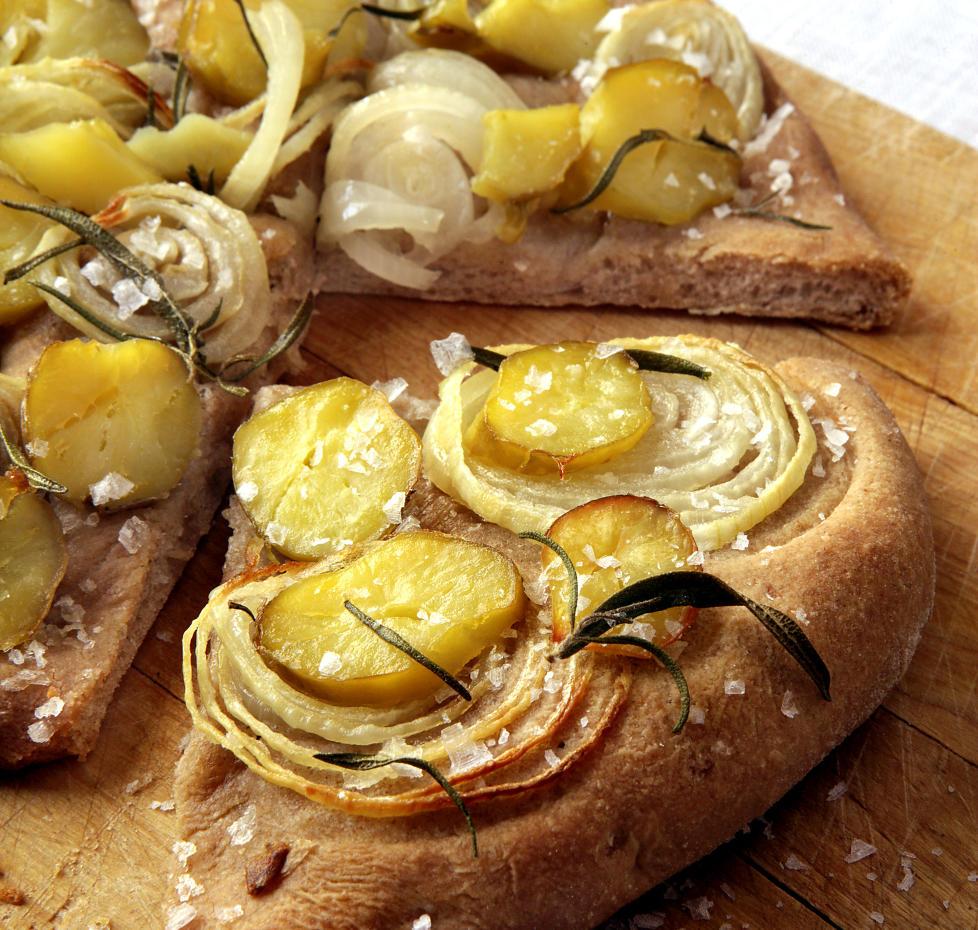 Pizza for Pottit-Nprge: Vi nordmenn blir aldri napolitanere, s� hvorfor ikke lage pizza av det kan vi best - poteter? Denne varianten har potet b�de opp� og i deigen. Foto: Mette Randem.