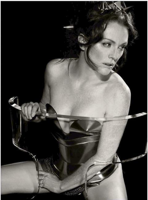GIR PRESTISJE: Den amerikanske skuespillerinnen Julianne Moore (51) er med i 2011-utgaven. Foto: Karl Lagerfeld