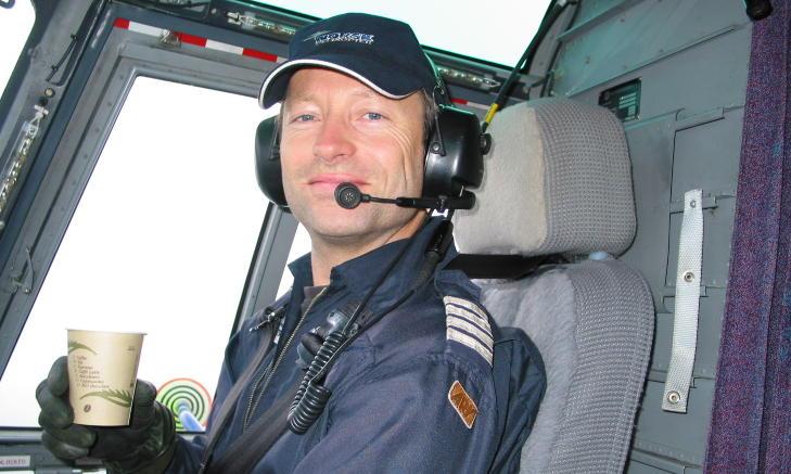 F�R IKKE LENGER FLY: Trond Rasmussen (43) er hundre prosent arbeidsuf�r p� grunn av invalidiserende �resus og st�yallergi. Han ble syk etter halvannet �r bak spakene i S-92. Foto: Privat