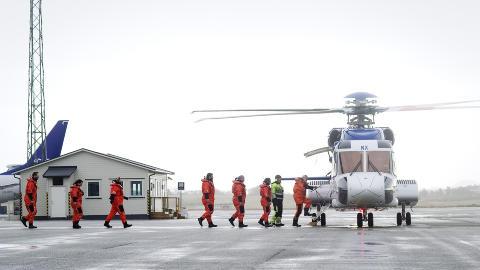 UT P� JOBB: Her g�r oljearbeidere om bord i en Sikorsky S-92 p� Sola, p� vei ut i Nordsj�en. Foto: Tommy Ellingsen