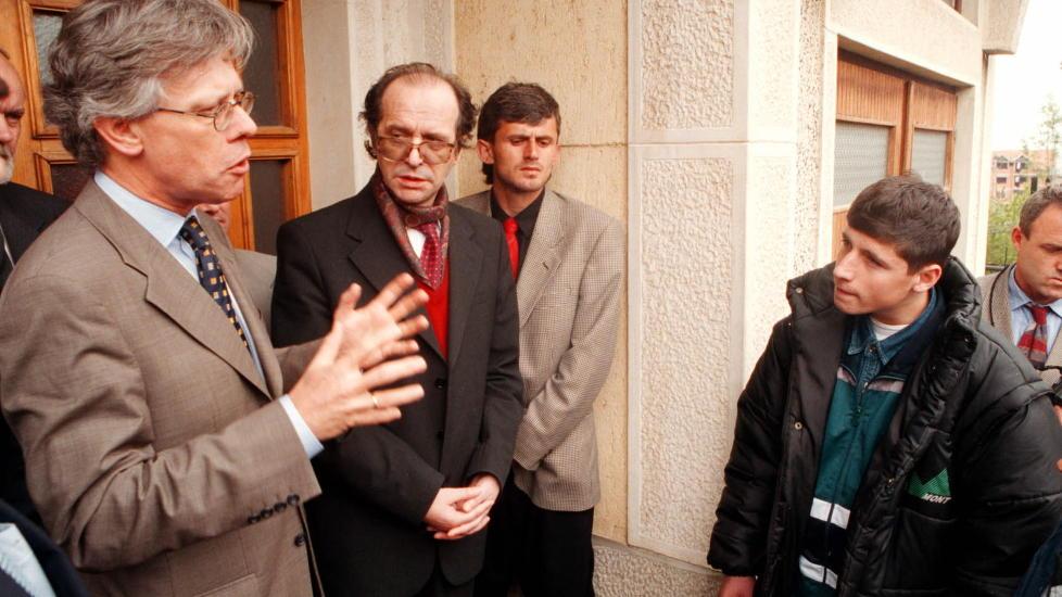 FIKK RETT: Dav�rende utenriksminister Knut Volleb�k og Kosovos president Ibrahim Rugova m�ter Read som selv var vitne til at flere venner og famile ble slaktet ned av serbisk politi. N� kommer det fram at spiongruppa E14 var de f�rste som pekte p� Rugova som en samlende leder i Kosovo.