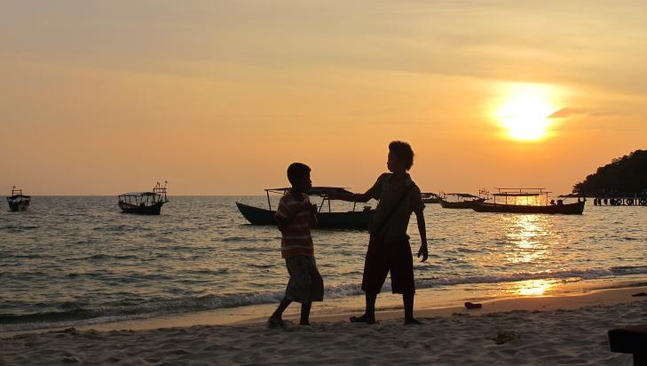 SOLNEDGANG: Barna leker mens sola er i ferd med � forsvinne i havet p� stranda i Sihanoukville. Foto: SIRIL K. HERSETH